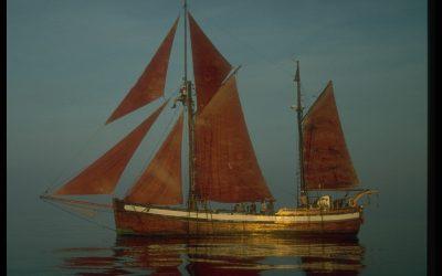 The scientific ship Toftevaag raises the MEDNIGHT flag